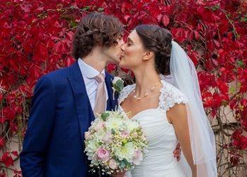 Bride & Groom kissing at Ivy Hill Hotel